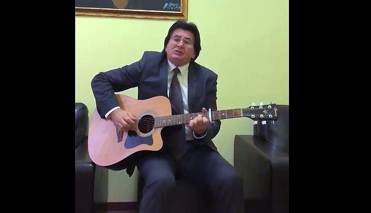 Így énekel és gitározik Temesvár polgármestere (VIDEÓ)