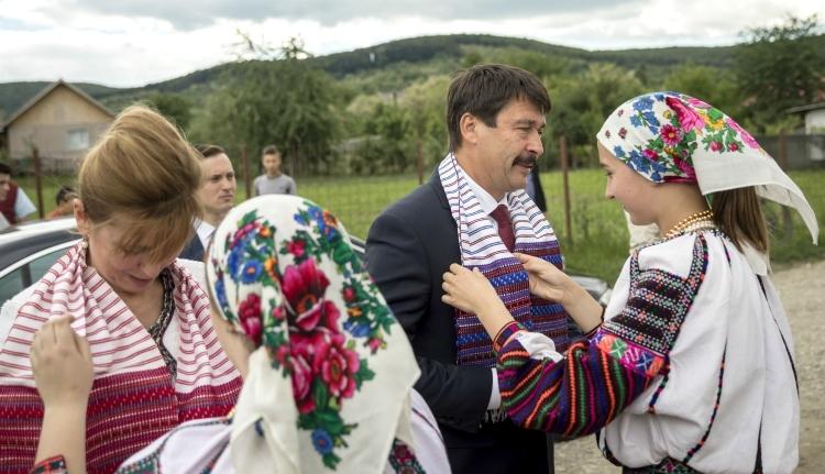 Moldvai csángókhoz látogatott Áder János