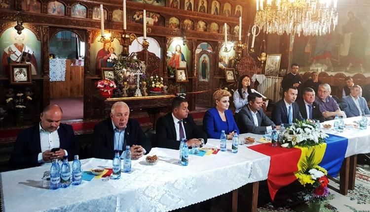 Templomban tartottak referendumgyűlést a politikusok