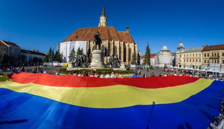 Gigantomán román zászlót feszítettek ki Mátyás királyunk lovának patái előtt Kolozsvár főterén