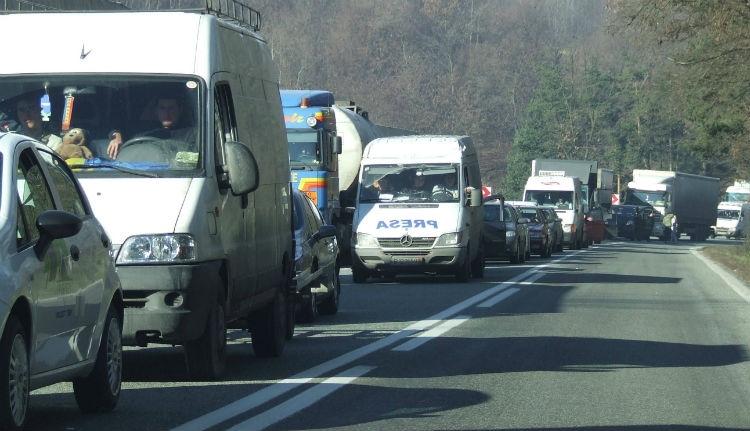 PSD-s magyarázat: azért kell kamionok után araszolnunk a közutakon, mert jól élünk