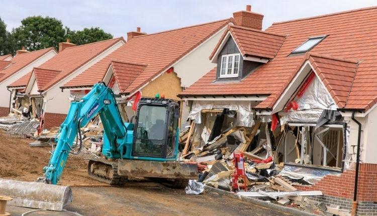 Erre ítélték a román férfit, aki röhögve rombolt le öt házat markológépével Nagy-Britanniában