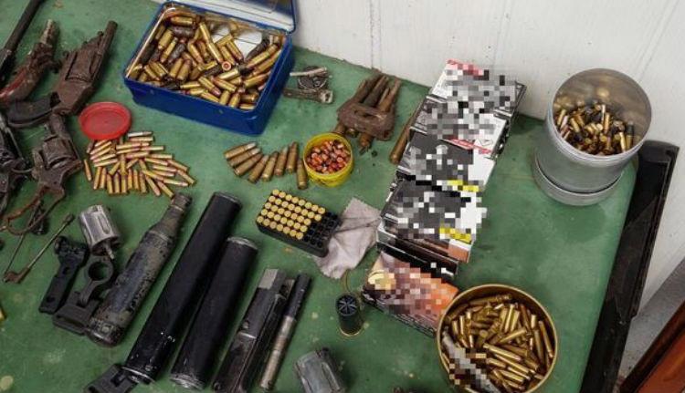 Egész kis fegyverarzenált foglalt le a rendőrség egy brassói férfinál