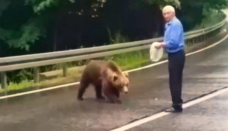 És azt ismeri, amikor a székely bácsi lakmározni hívja haverját, a medvét az út közepén? (VIDEÓval)