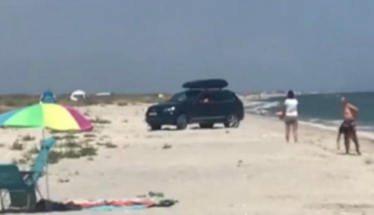 De mégis, miért hajt be valaki autóval a tengerparton napozók közé? (VIDEÓval)