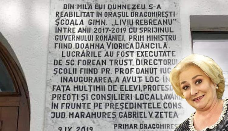 Istennek és Dăncilának is megköszönték az iskolafelújítást egy emléktáblán
