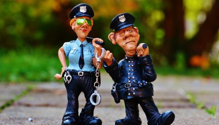 Ha ezentúl gumibottal üti a rendőr, mosolyogjon, mert videóra is veszi!!