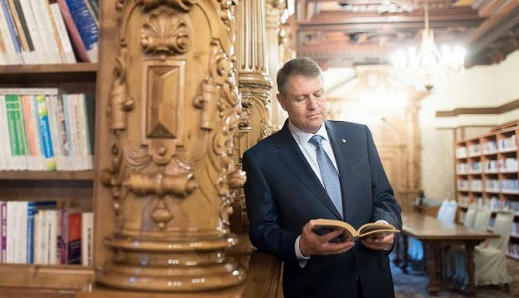 Egy kis képmutatás: Iohannis olvas