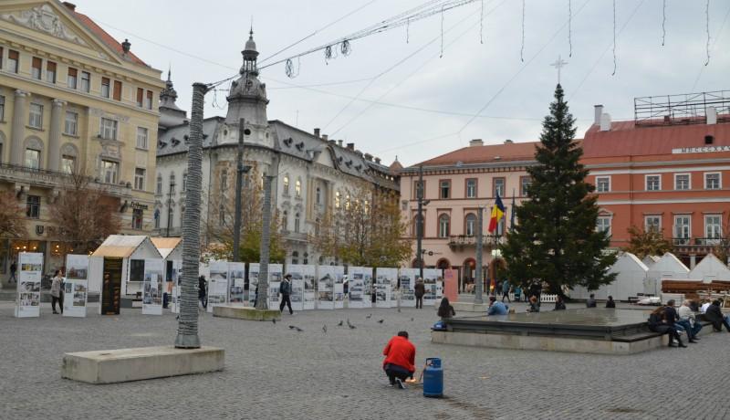 Kolozsvár főterén már van karácsonyfa, valamint egy ember, aki disznópörzsölővel hevíti a burkolatköveket