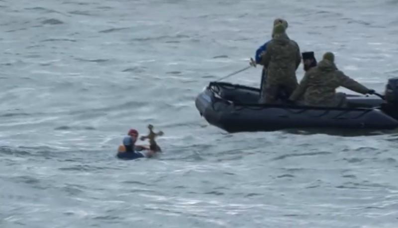 Kilopták a keresztet a kezéből, és meg is ütöttek egy úszónőt az ortodox szertartárson (VIDEÓval)