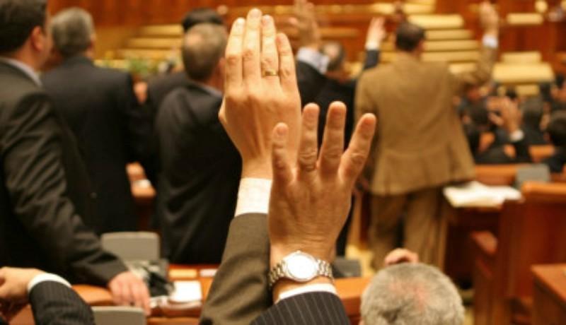 Közpénzből dagad a szülői kebel: ezek a politikusok juttatták jól fizető állami álláshoz csemetéjüket