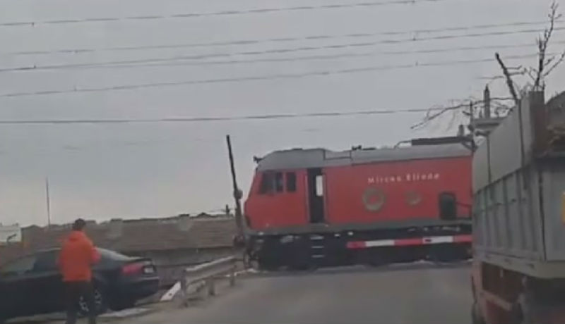 Kávéra vágyott a mozdonyvezető, ezért megállította a vonatot. Egy kereszteződésben (VIDEÓval)