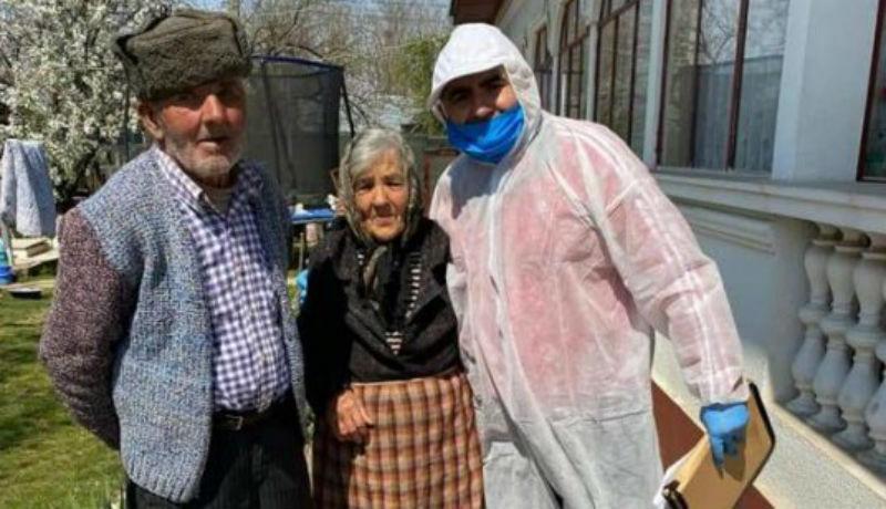 Járvány idején sem állta meg egy polgármester, hogy nyugdíjasokat ölelgessen, miután ételt osztott nekik