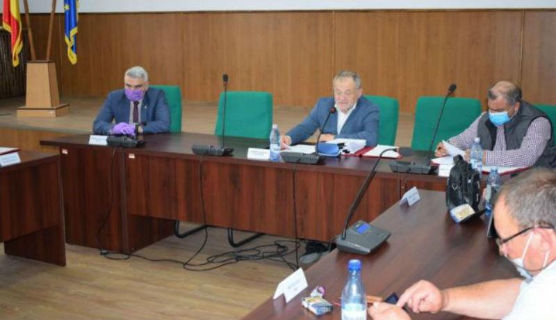 Nagyon Románia: amikor egy megyei önkormányzat elnöke még a saját maszkviselési rendeletét sem tartja be
