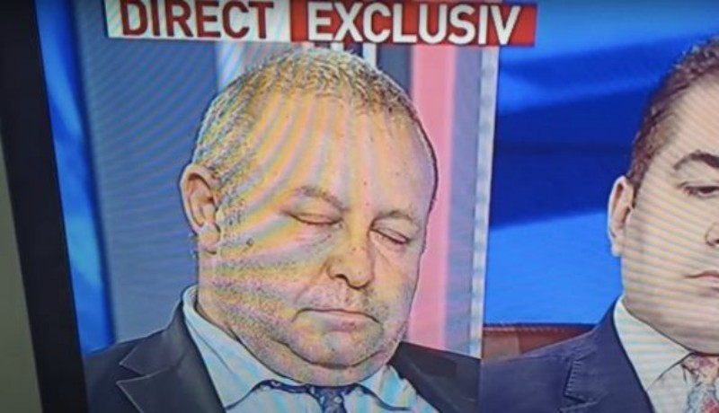 Egy tévéműsorban, élő egyenesben pihente ki a munkahelyi konyakozás fáradalmait Fenechiu szenátor (VIDEÓval)