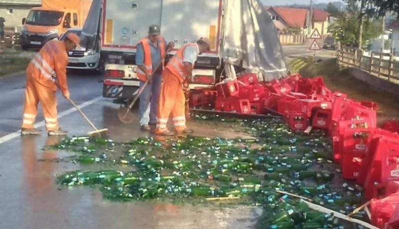 Szörnyű veszteség: annyi sört potyogtatott el egy kamion, hogy vélhetően még az aszfalt is berúgott