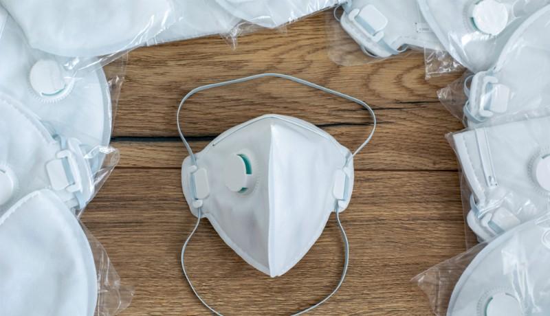Hamis, védekezésre alkalmatlan maszkokat osztottak ki a járványkórház orvosainak, akik most izgulhatnak