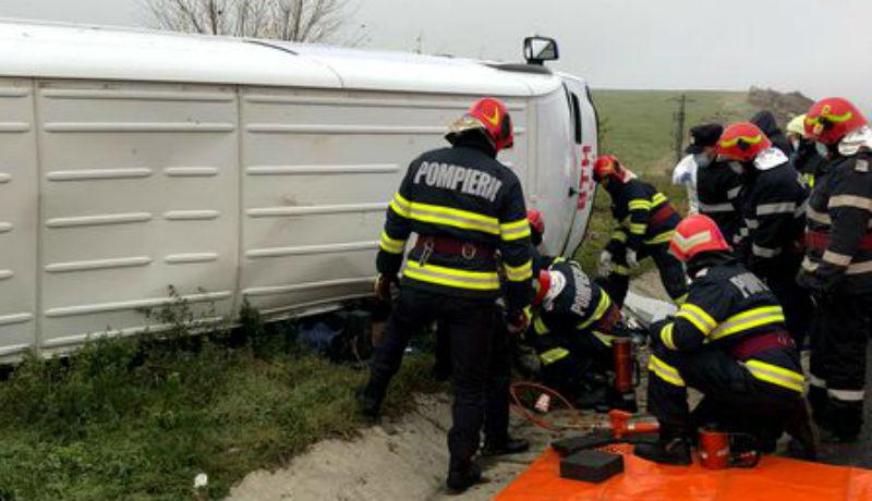 Meghalt egy ember, miután egy kisbusz felborult a dél-erdélyi autópályán