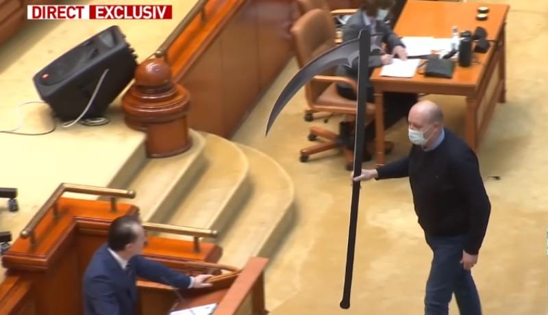 Parlamenti nívó: kaszával ajándékozták meg a beszédet tartó miniszterelnököt (VIDEÓval)