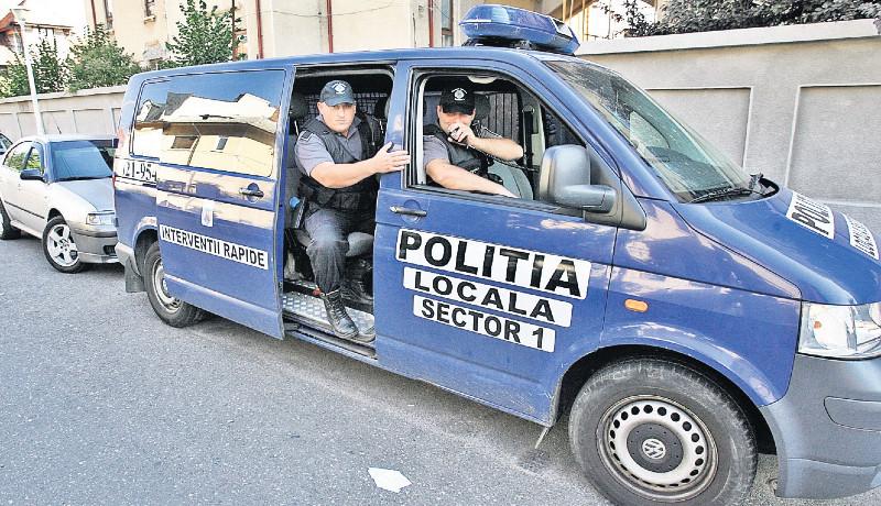 És akkor a rendőr bepanaszolta a feletteseit, amiért arra kötelezték, hogy egyenruhát viseljen