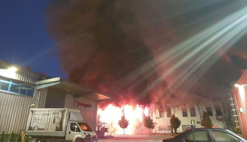 A kolozsváriak arra ébredtek, hogy hatalmas tűz tombol az egyik ipari parkban (VIDEÓval)