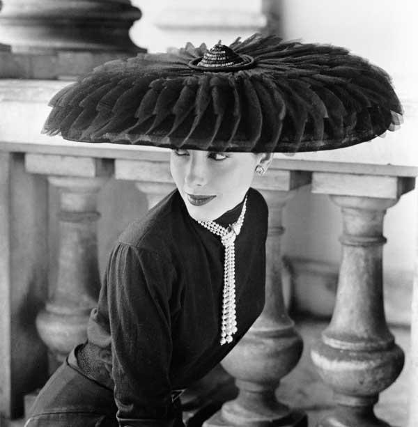 fototentoonstelling-Norman-Parkinson---Legroux-Soeurs-Hat,-1952---Courtesy-Eduard-Planting-Gallery
