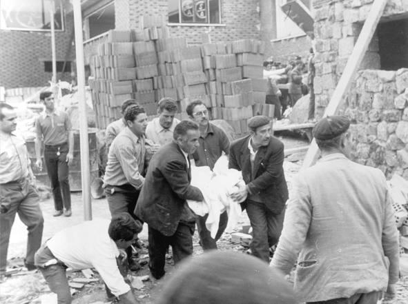 Evacuación de víctimas del lugar de la catástrofe. Imagen: ABC.