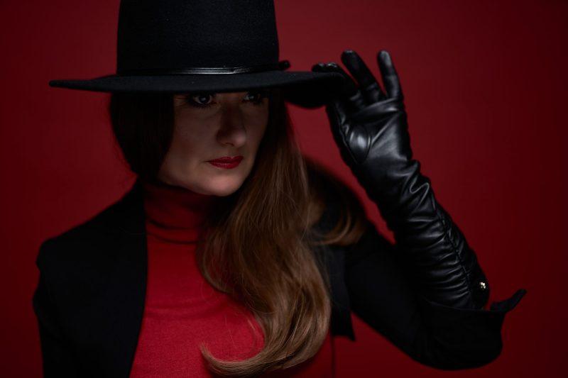 Weiblich Editorial Magazin Hut mit Lederhandschuh Spanisch im Mostviertel