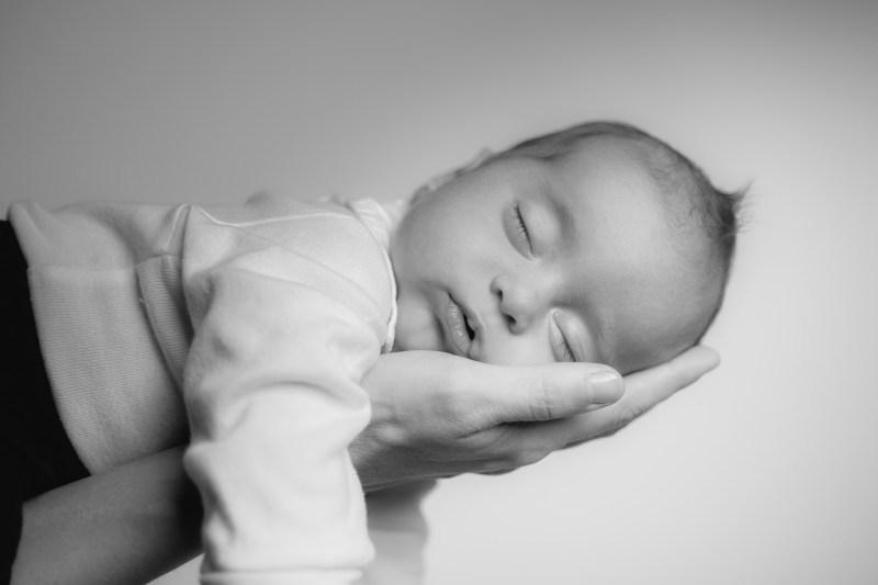 Babyfoto vom Fotograf im Mostviertel, Kind schläft in der Hand