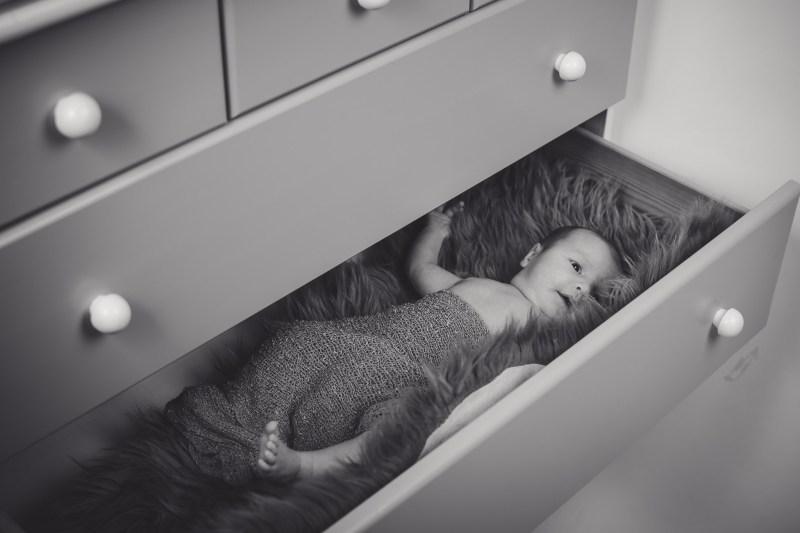 Babyfoto vom Fotograf im Mostviertel, Baby liegt in einer Schublade