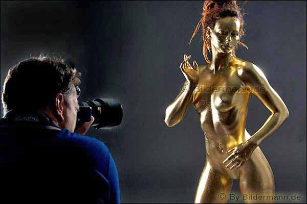 Foto: Aktworkshop mit Goldfarbe