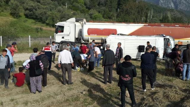 Antalya'da Akaryakıt Tankeri ile Öğrenci Servisi Çarpıştı: 1'i Ağır 16 Yaralı (2)