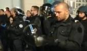 Fransa'da Polislerin, Kaskını Çıkararak Sarı Yelekliler'e Teslim Olduğu Anlar Kameraya Yansıdı
