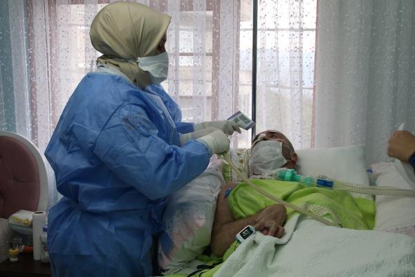 saglikcilarin pandemide zorlu evde bakim mesa 5 13798542 o - Sağlıkçıların pandemide zorlu 'evde bakım' mesaisi