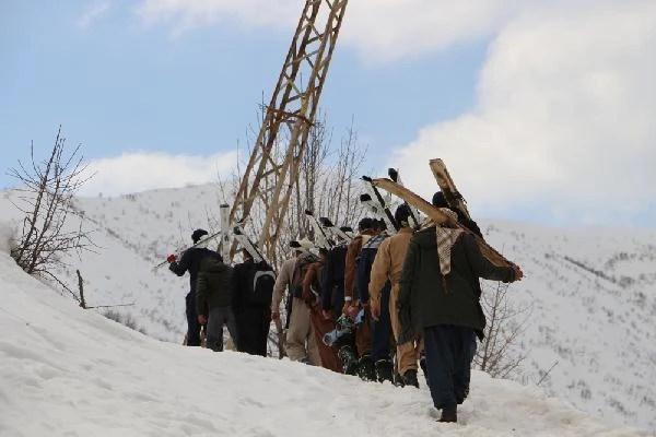 Tahta kullanırken kayak takımı hediye edilen Şemdinlili gençler yarışmada