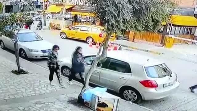 Kaçırdığı taksiyle yayaya çarpan kadın, diğer taksilerin kovalamacası sonucu yakalandı
