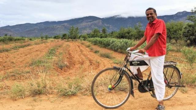 Dünyanın sayılı zenginlerinden! 2,5 milyar dolar serveti var ama suyu ve yolu olmayan köyde yaşıyor