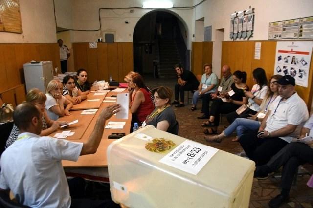 Ermenistan'daki seçimi Paşinyan açık ara fark ile önde götürüyor