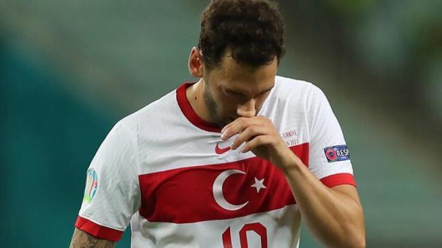 Milan'dan ayrılan Hakan Çalhanoğlu, ezeli rakip Inter'e imza atıyor
