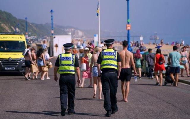 Plajda utanç anları! Yüzlerce kişi, suyun içerisinde tecavüze uğrayan kızı hiçbir şey yapmadan izledi