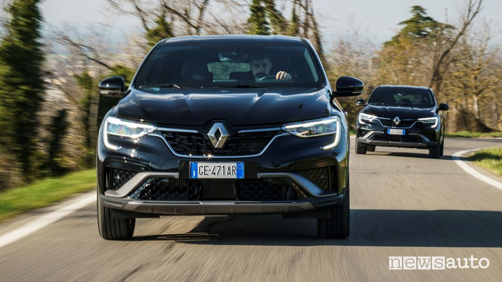 Renault Arkana RS Line front view on the road