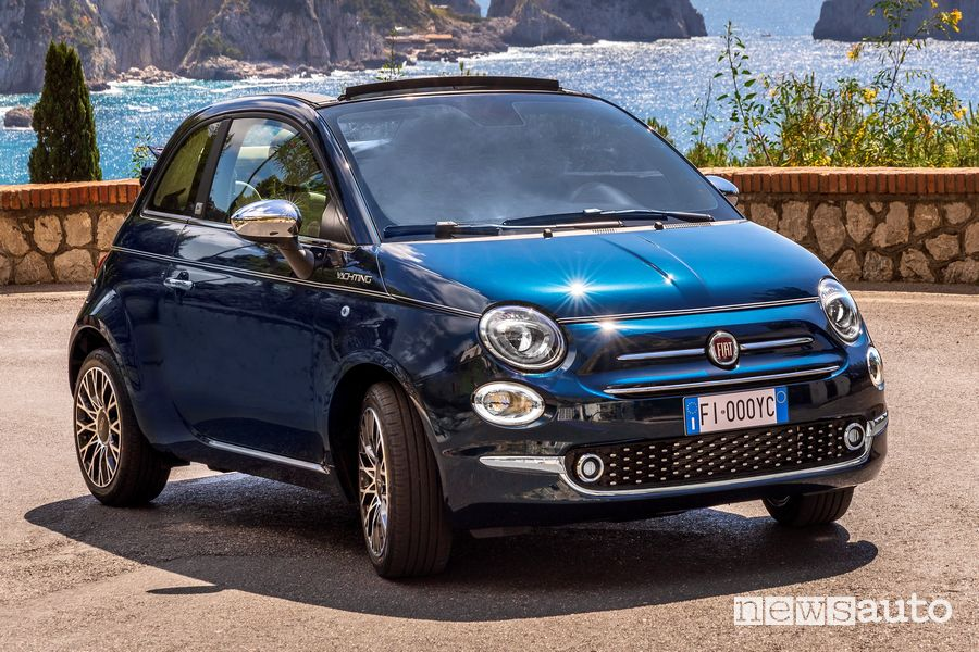 Profile view of Fiat 500 Yachting through the streets of Capri