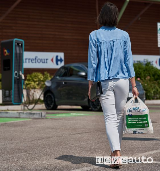 Fiat 500n electric charging at Carrefour
