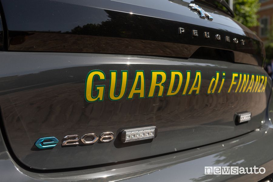 Led lights preparation Guardia di Finanza Peugeot e-208 electric