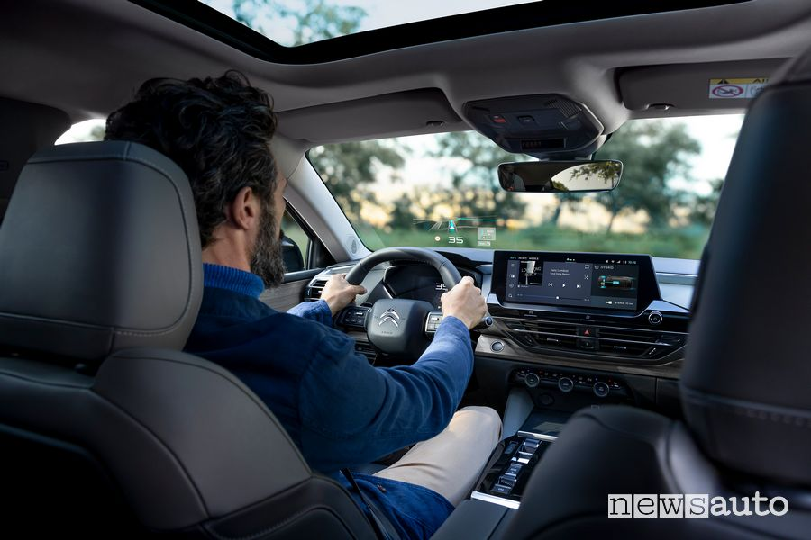 Extended Head Up Display cockpit new Citroën C5 X ë-hybrid