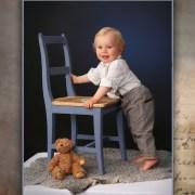 Lapsi-nojaa tuoliin studiossa