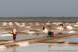 Arbeiter beim Abtransport des gewonnenen Salzes