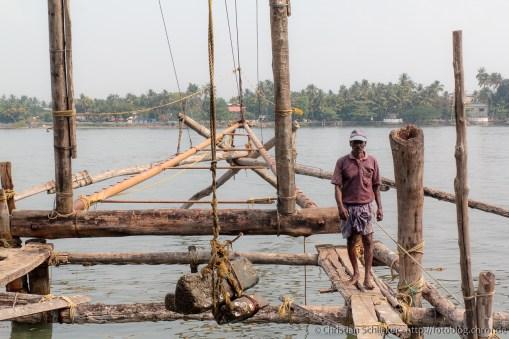 Direkt vom Ufer ins Netz: Chinesische Fischernetze