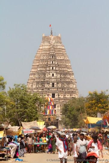 Blick über die Bazaar Street auf dem Tempel