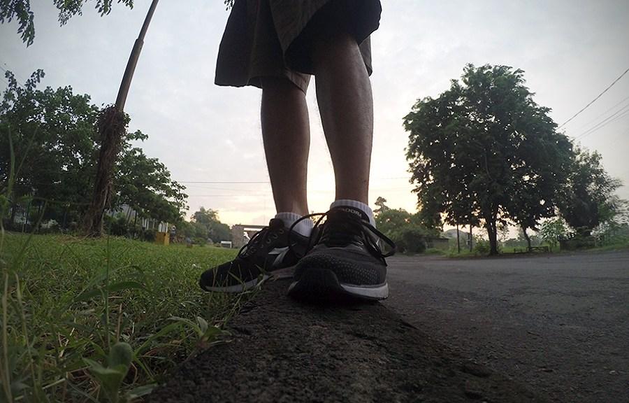 sepatu lari trotoar